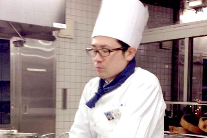 新宅睦仁の新宿調理師専門学校在学時代のコック帽をかぶった写真