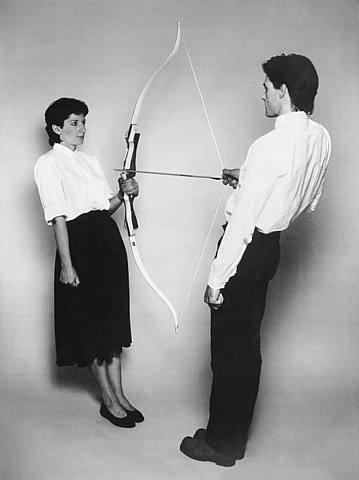 マリーナ・アブラモビッチの「弓矢のパフォーマンス」